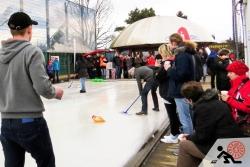 2016-01-Buegeleisen-Curling-Berlin-03-es-wird-eifrig-geschrubbt-Offensichtlich