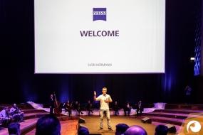 Sven Hermann (CFO Zeiss) begrüßt die Gäste aus aller Welt auf den ZEISSfuture Days    ZEISSfuture Days   Offensichtlich.de Berlin