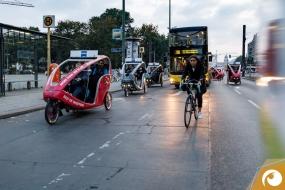 Mit fast 80 Fahrradrikschas ging es dem Abendessen entgegen   ZEISSfuture Days   Offensichtlich.de Berlin