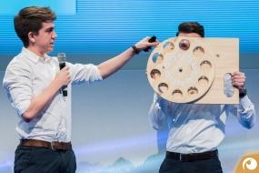 Hamburger Studenten stellen ihre Idee von einer übergroßen eye-catcher Brille vor | Offensichtlich.de Berlin