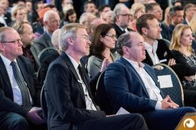 Organisator Jochen Reinke und Moderator Wolfram Kons im Publikum  | Offensichtlich.de Berlin