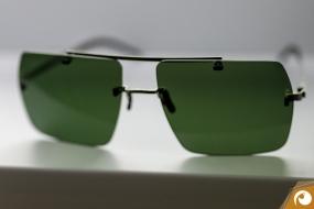 Götti zeigt, Doppelstege gehen auch bei den randlosen Perspective Brillen| Offensichtlich.de Berlin