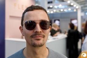 Lukas testet die neuen Titanbrillen noch vor Ort | Offensichtlich.de Berlin